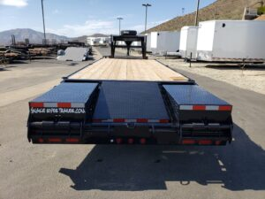 Snake River 8.5x25G/N Eqp.Hlr. - Rear view ramps & center section folded to trailer